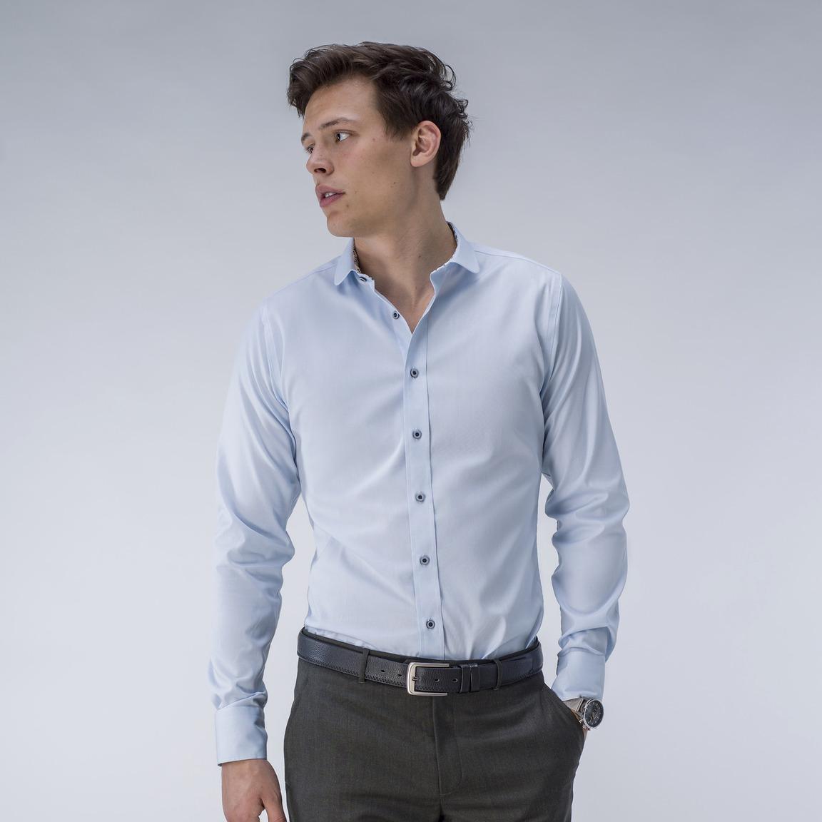 Lyseblå Oxford-skjorte med blå knapper