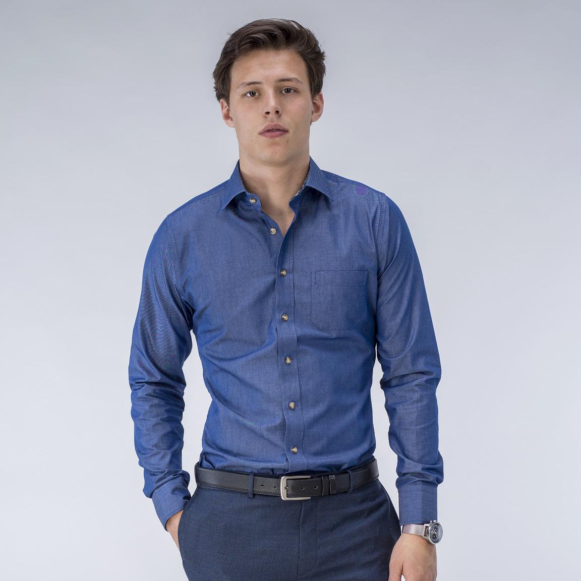 Blaues Hemd mit blumigen Kontrasten