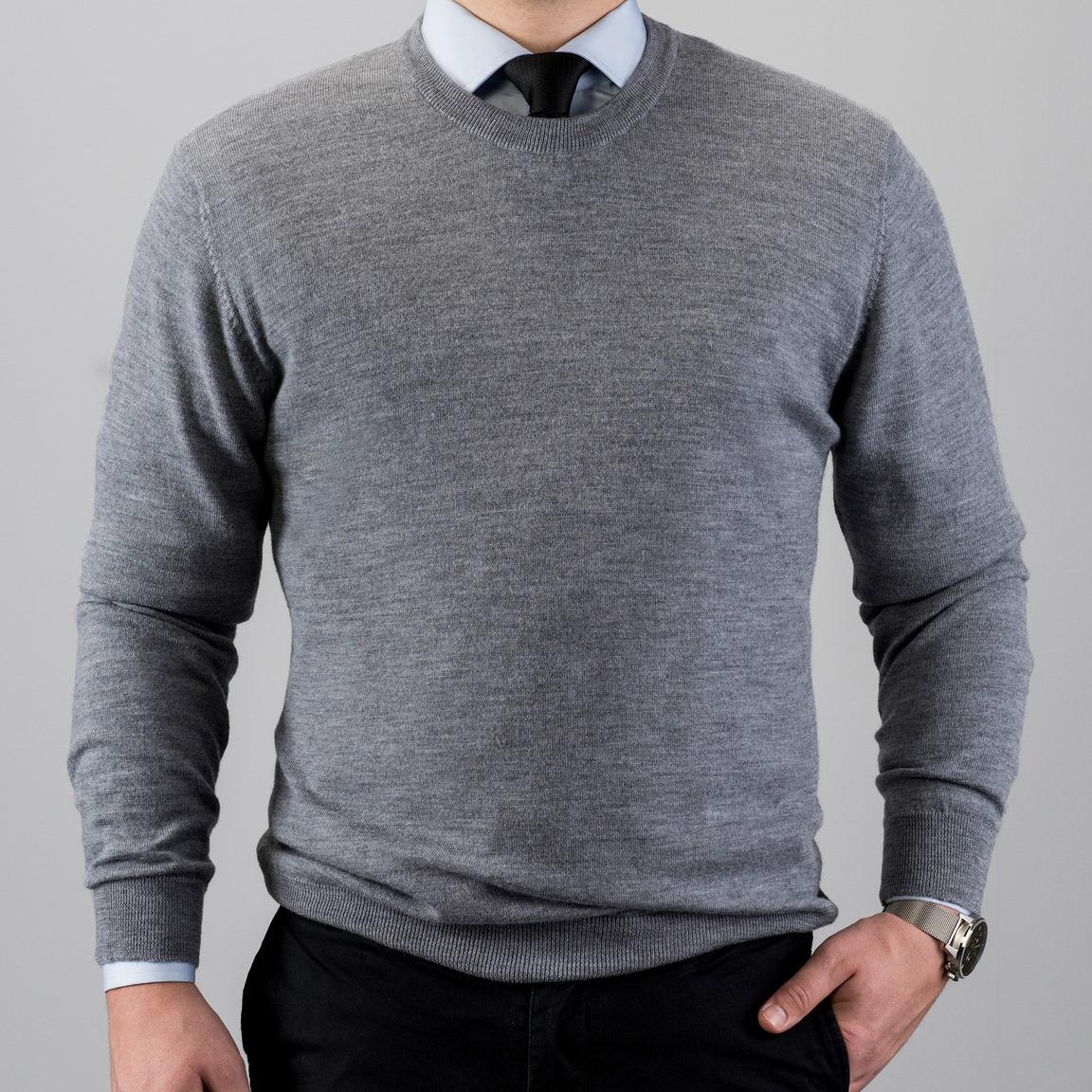 Pull gris en laine merino avec un col rond