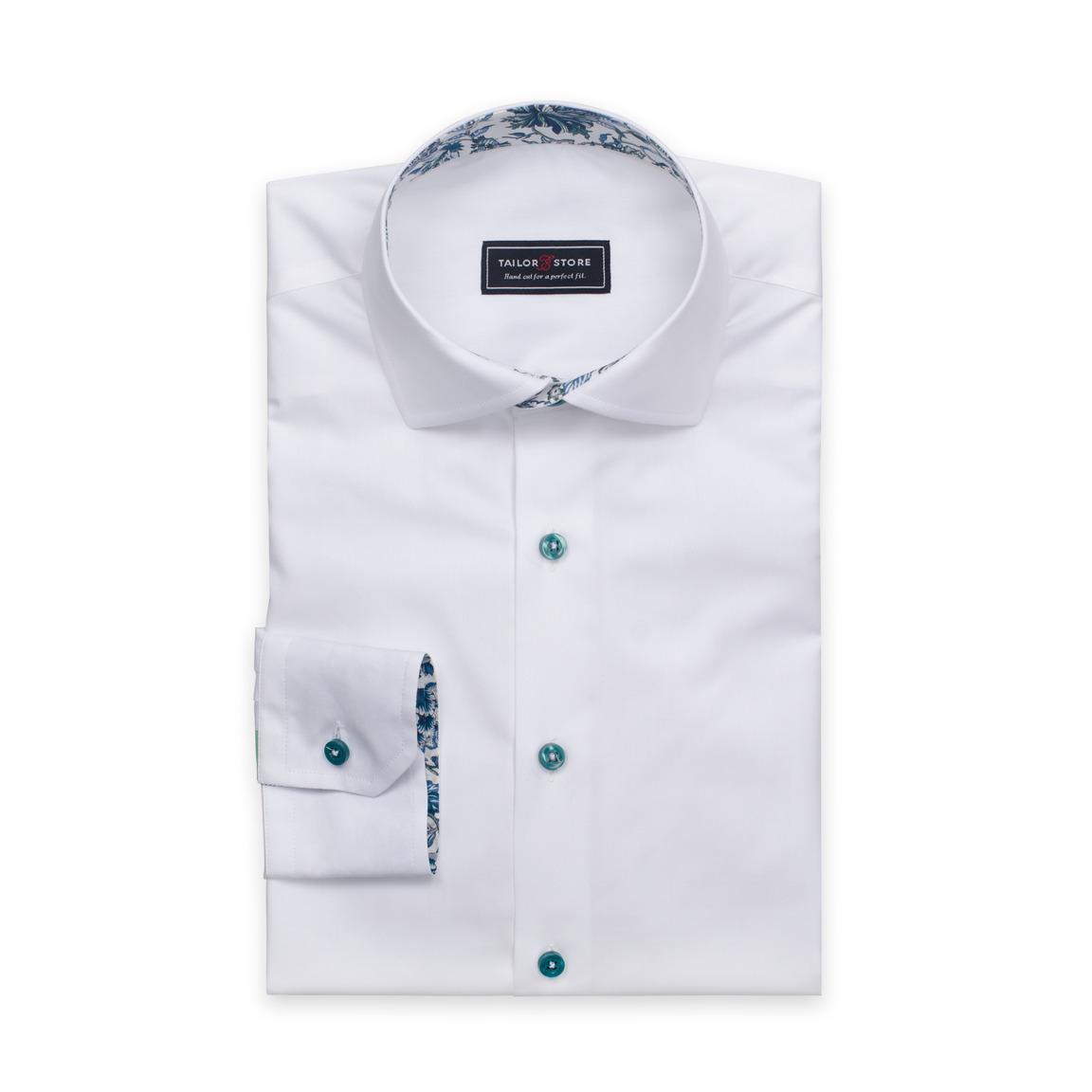 Weißes Hemd mit grünen Knöpfen und Kontrasten