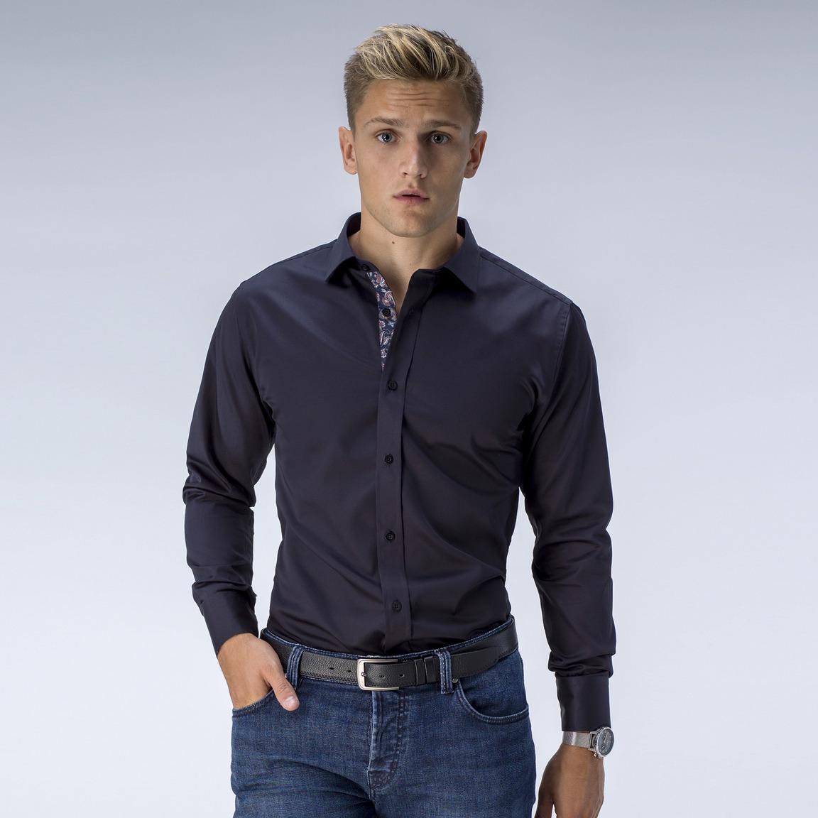 Svart skjorta med kontraster