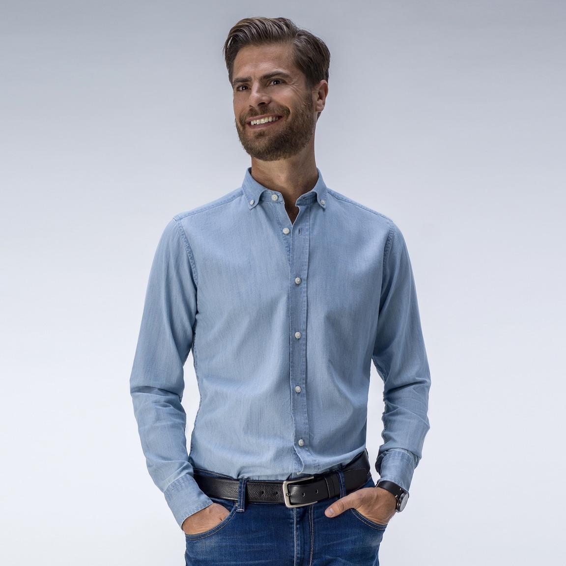 Trendiges blaues Denim-Hemd