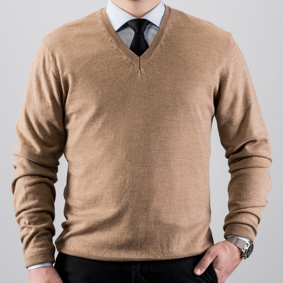 Piaskowy sweter w serek z wełny merino