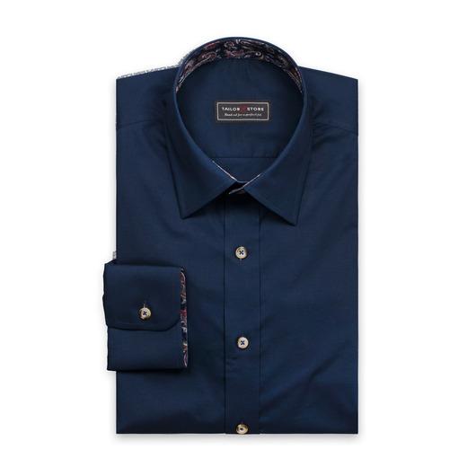 Laivastonsininen paita, jossa hienovaraiset kontrastit
